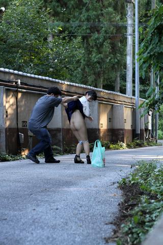 野外で突然スカートめくってパンツずり下し