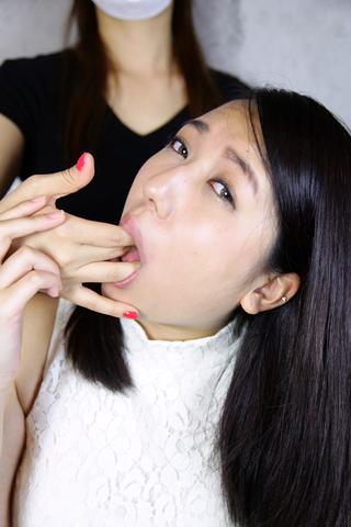 女のコの指をフェラみたいに舐める