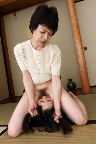 熟女と娘 お仕置き顔面騎乗位クンニ