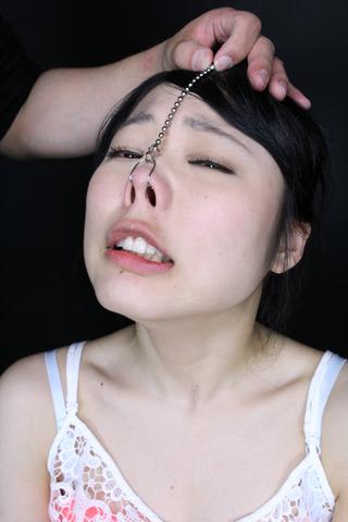 ブタっ鼻にされて舐められる女子校生