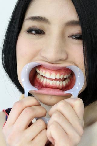 香月りおん 銀歯を歯磨きします!