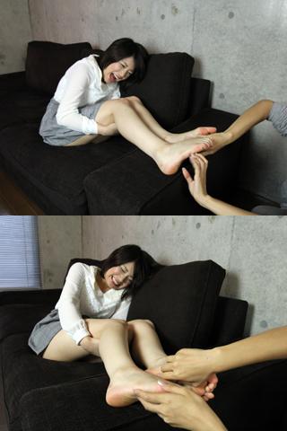 女の子が足裏くすぐり